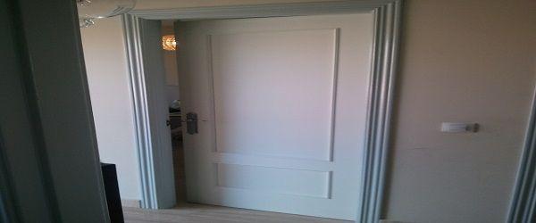 Lacado de puertas en blanco y cerco en gris niebla