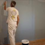 Aplicando esmalte pymacril al agua color azul grisacio